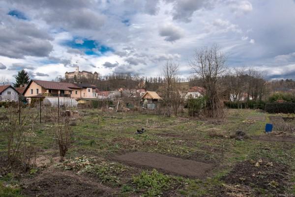 Gemüsegärten, Burg und ein dramatisch verfälschter Himmel