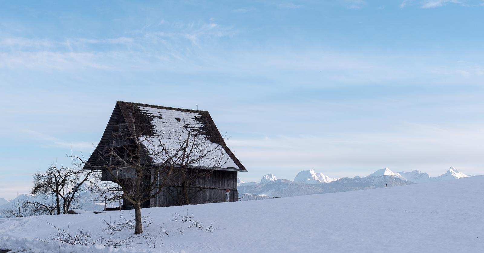 Hütte und Berge