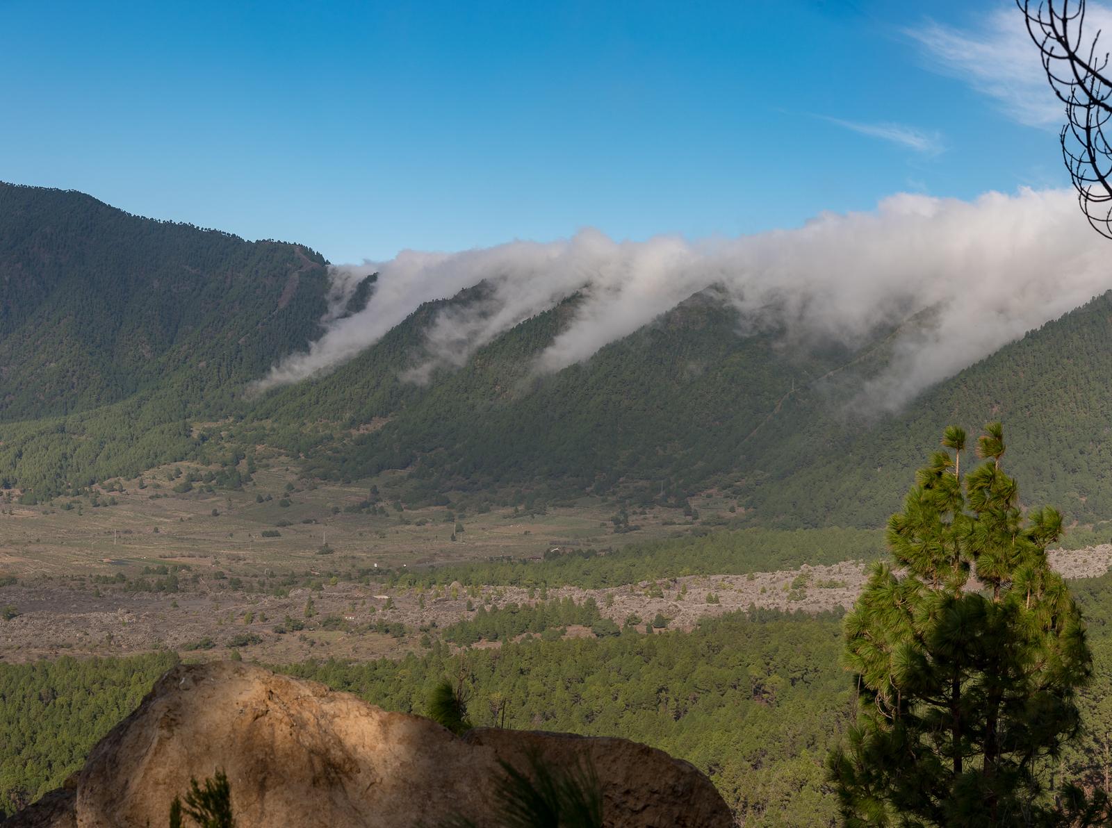 Wolken fallen an der Cumbre herunter