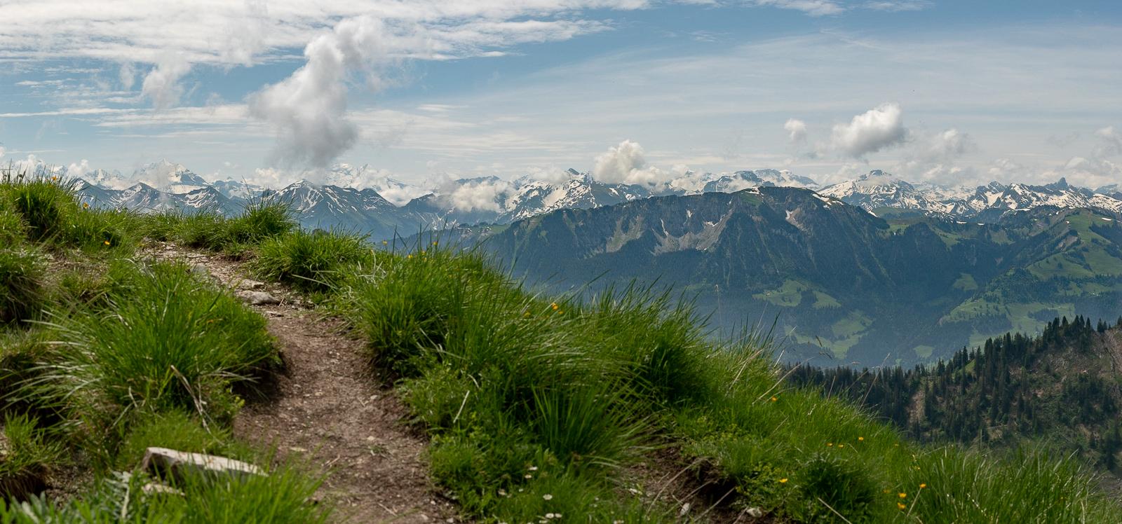 Wolken dampfen über den Alpen