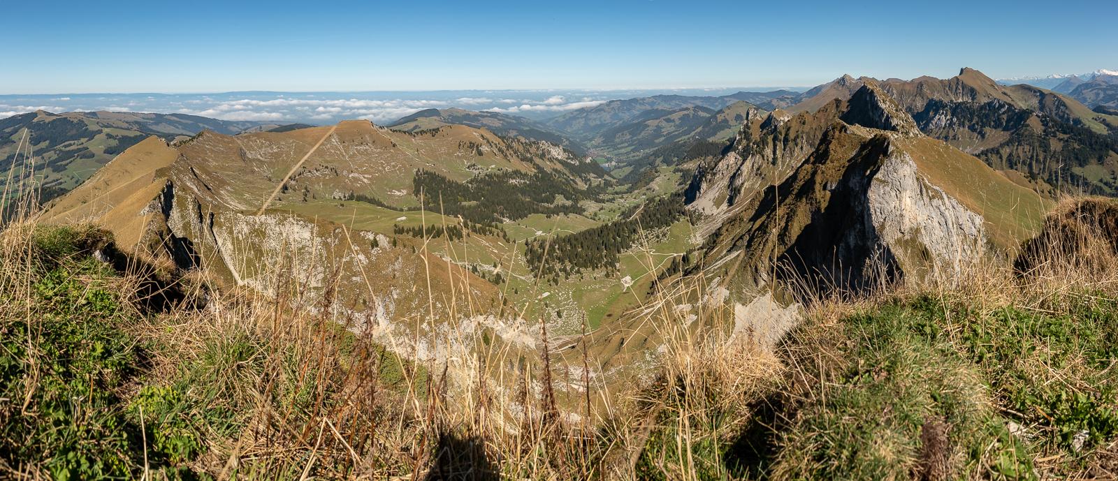 Blick in den Brecca-Schlund und auf Combiflue, Chörblispitz und Gantrischkette